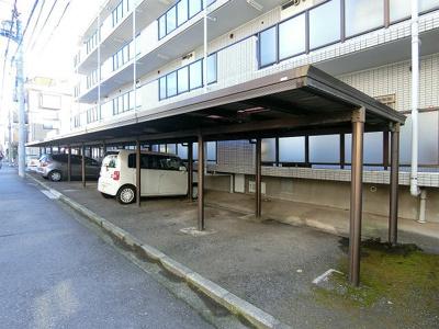 いつでも目の届く敷地内に駐車場があります♪屋根付きなので雨の時の乗り降りもらくらく♪