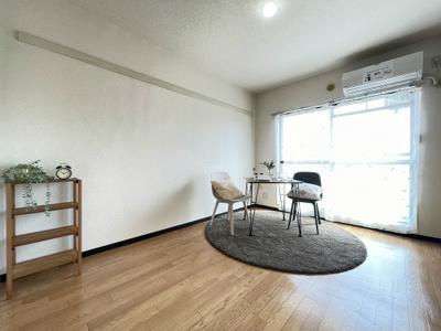 バルコニーに繋がる南向き洋室6.2帖のお部屋は陽当たり・風通し良好です♪エアコン付きで一年中快適に過ごせちゃいます!