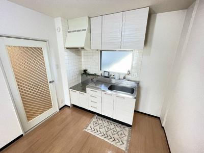 窓のあるキッチンはガスコンロ設置可能☆場所を取るお鍋やお皿もたっぷり収納できてお料理がはかどります!