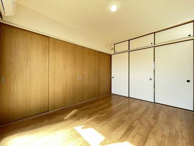 収納スペースのある南向き洋室6.2帖のお部屋です!荷物をたっぷり収納できてお部屋がすっきり片付きます☆