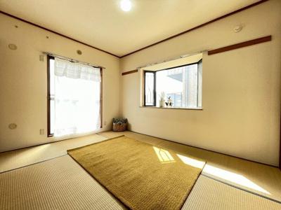 バルコニーに繋がる南向き角部屋二面採光6帖の陽当たり・風通しの良い和室です!出窓があるのでインテリアを飾って楽しむこともできます♪