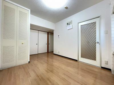 8帖のダイニングキッチン、キッチン側からの眺めです!和室6帖、洋室6.2帖のそれぞれのお部屋に繋がっています♪収納スペースを完備しているのでお荷物が多くても安心ですね☆