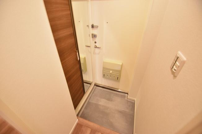 ゆったりとした明るい玄関にはシューズボックスを設置。