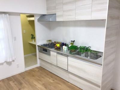 食洗器付きのシステムキッチンです♪キッチン横はパントリーがあります♪