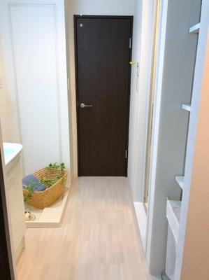 正面の扉がトイレです♪洗面台の正面には可動棚があります♪タオルや下着類などを収納できるので便利ですね♪
