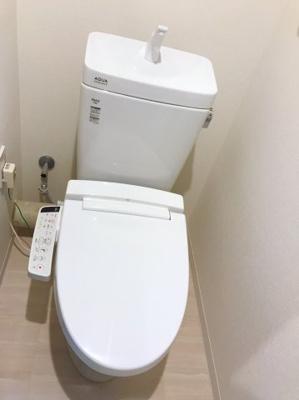トイレの正面にも稼働棚があります♪収納が多くて便利です♪