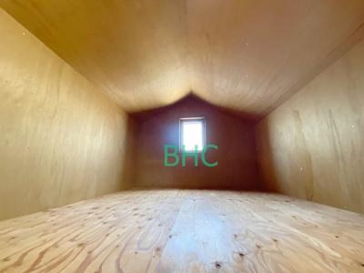 使わない物は小屋裏収納へ。充分な収納スペースを確保。居室内に余計な家具を置く必要がないので、シンプルですっきりとした暮らし。