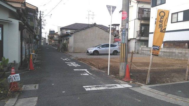 現地の前道の写真になります。 最寄駅まで徒歩6分と通勤・通学に便利☆