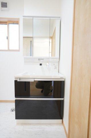 三面鏡の収納とシンク下のスライド式収納ですっきりキレイに片付きます。