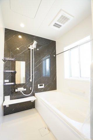 広々とした浴槽で毎日くつろげるバスタイムを楽しみたいですね。追い焚き機能もあります。