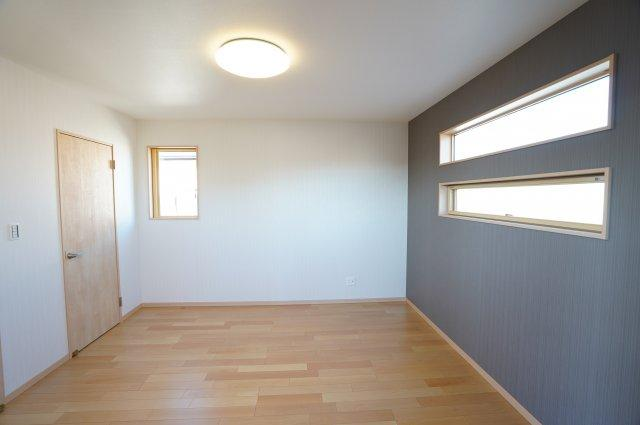 8帖 アクセントクロスと横すべり出し窓でグッとおしゃれな空間になります。