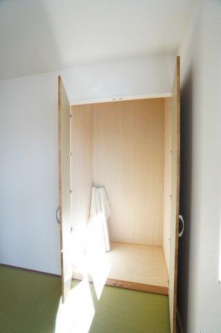 6帖 押入 開口部が広いのでムダなく利用できます。