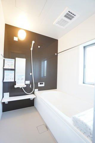 浴室乾燥機付の一坪バスです。ベンチタイプは段差があるため、少ない水の量で浴槽をいっぱいにすることができます。