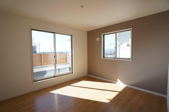 7.7帖 南向きの明るいお部屋です。採光・通風のよいお部屋です。