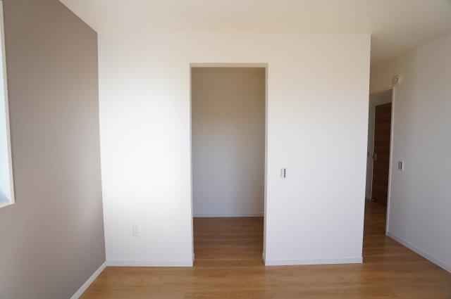 7.7帖 WICがあるお部屋です。ママのお洋服もすっきり片付けられます。