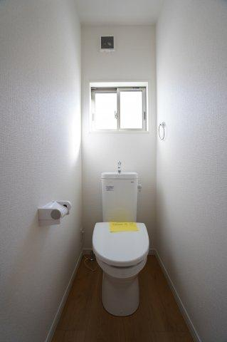 2階トイレ 窓があるので換気できます。