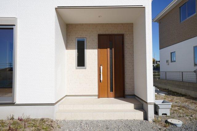 ガラス部分から光が取り込める玄関ドアです。明るく演出されます。