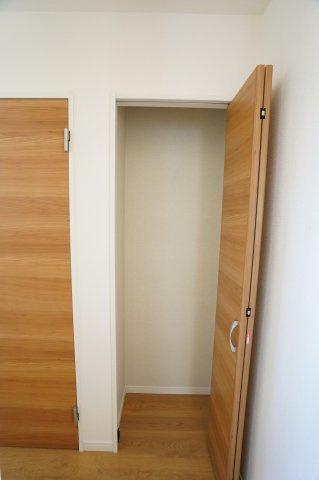 1階 LDK キッチン横の収納です。買い置きした食品や飲料水など収納するのに便利です。
