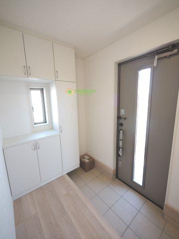 毎朝家族を送り出す玄関は、小窓で明るい空間です。