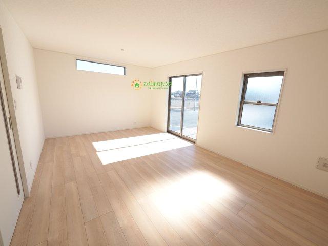 大きな窓で明るく開放的なリビングで家族団らん、おくつろぎください。。