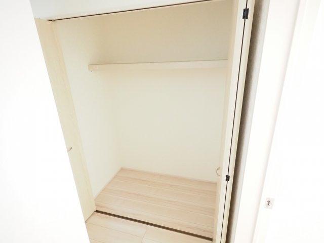 一階の廊下にある大きな収納は掃除機や買い溜めしたい日用品をしまうのに便利です!