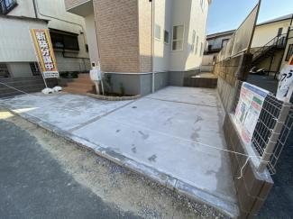 駐車スペースです。教育施設が充実です。幼稚園は徒歩4分で小学校は徒歩2分で通学できます。
