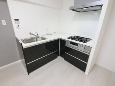 家事効率の良いL字型キッチンです。 あったら嬉しい浄水器を完備した使い勝手の良いキッチンです。