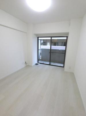 5.6帖の洋室は主寝室にいかがでしょうか。 フローリングが優しい色味でお部屋が明るいです。