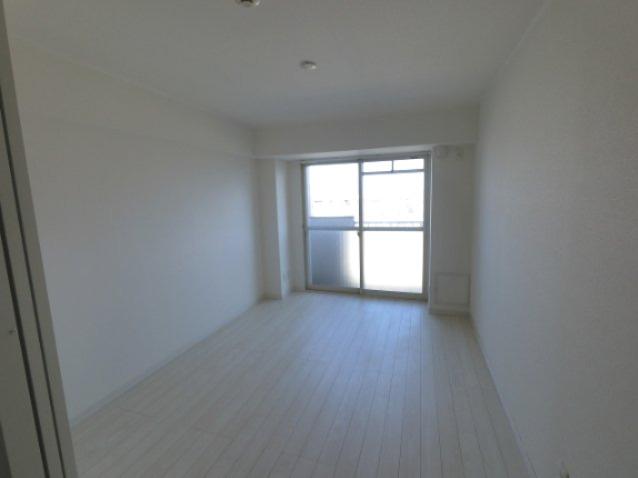 6.0帖の洋室です。リビングとして、子供部屋や在宅勤務のスペースとしてライフスタイルに合わせて多目的に活用できます。