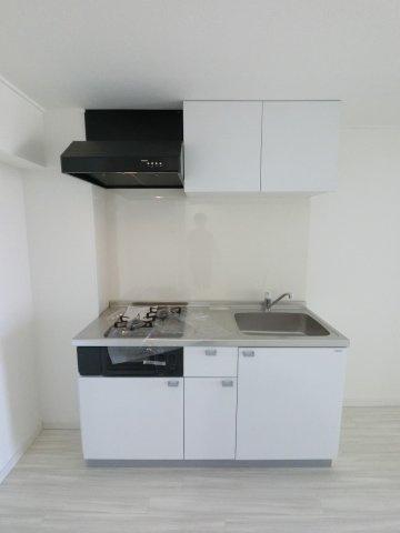 空間を広く使える壁付けタイプのシステムキッチンです。2口コンロがあり汁物・おかず、作り置きなど同時に調理できとても便利です♪