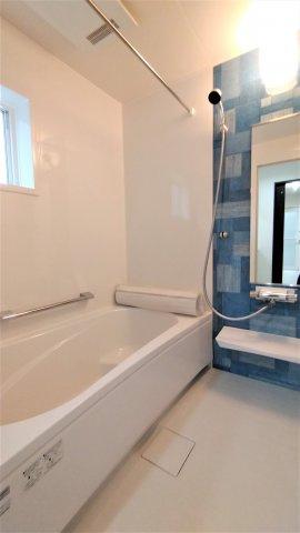 三面鏡タイプの洗面台。鏡裏や下部に大容量収納スペース。コンセント付。窓があり湿気がこもりにくい♪