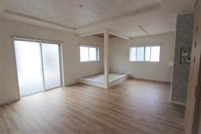 実際に建築したお家の洋室になります。勾配天井で天井が高いとお部屋が広く感じるので解放感のあるお部屋になりますね☆