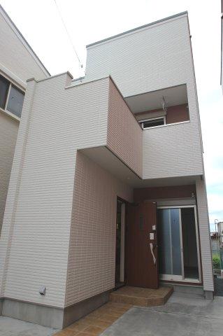 2号地プラン例は、LDK18.2帖と広々している3階建てです。1階に水回りがあり2階へ上ると、ウォークインクローゼットがある6.7帖の洋室があります。3階にも居室とバルコニーがあり、広々としています♪