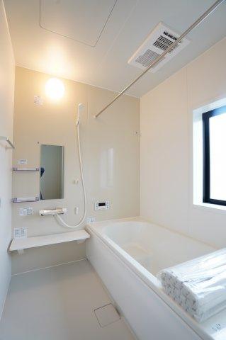 清潔感のある浴室です。足を伸ばせてリラックスできます。