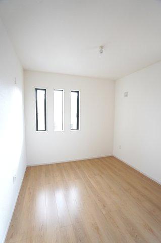 2階5.2帖 小窓もアクセントになってかわいいお部屋です。