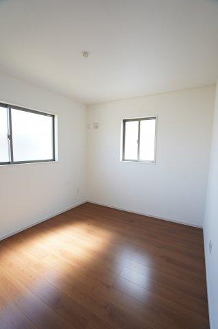 2階5.2帖 窓もたくさんあるので採光と通風がいいので気持ちよく過ごせそうですね。