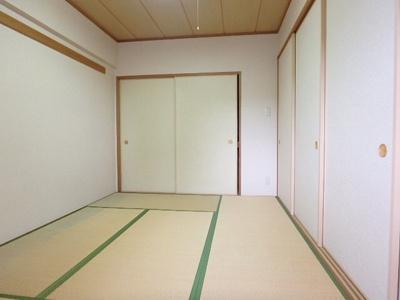リビングに隣接した和室です。その日の気分でリビングの延長としてお使いいただけます。