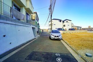 前面道路も広く、 隣地は駐車場となっている為開放的です!