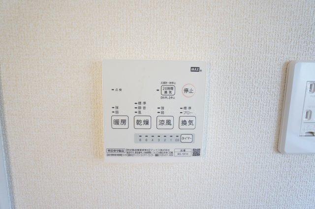浴室乾燥暖房機のリモコンです。冬場のヒートショック対策にも良いですね。雨の日の衣類乾燥もできますよ。