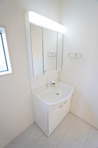 三面化粧台は温水シャワー付洗面化粧台で朝の準備も快適です。