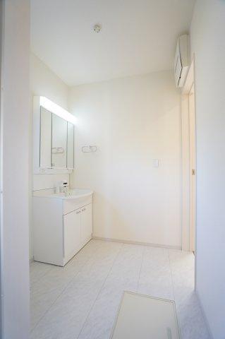 広い洗面室で子供と一緒に並んで着替えたり歯磨きしたりできますよ。