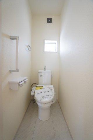窓のある明るいトイレです。手すりもあり安心です。