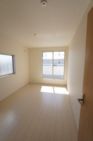 8.7帖の寝室です。2つ窓があり明るく風通しも良いお部屋です。
