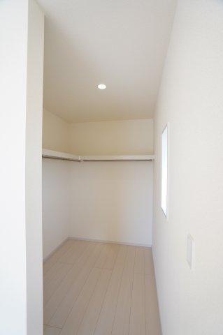 寝室のWICです。棚とパイプが設置されていて便利ですね。
