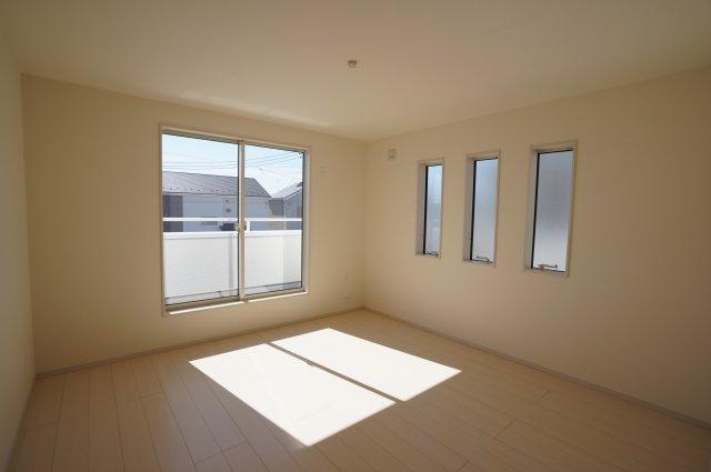 6.7帖の洋室です。三連窓がありおしゃれなお部屋です。バルコニーに出られます。
