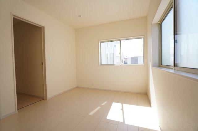 6帖の子供部屋です。シンプルであきのこないお部屋ですね。明るく風通しも良いですよ。