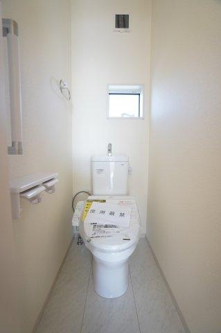 2階トイレも温水洗浄便座です。手すりもついて安心です。