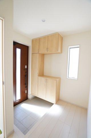 南側にある明るい玄関です。シューズBOXにたくさん収納できます。広い玄関土間で家族並んで靴を履いたりできますよ。