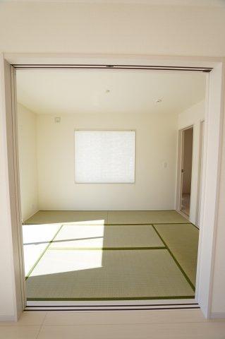 6帖和室です。リビングとの間の引き戸をあけるとキッチンから様子が分かるので、お子様のお昼寝の場所にも良いですね。
