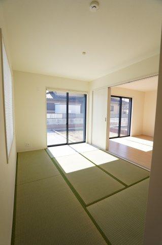 6帖の和室も陽射しが入るあたたかなお部屋です。お子様のお昼寝スペースにも良いですね。玄関から直接入れるので客間としても使えますね。